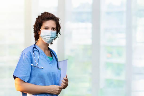 Médico o enfermero con estetoscopio y mascarilla facial. - foto de stock