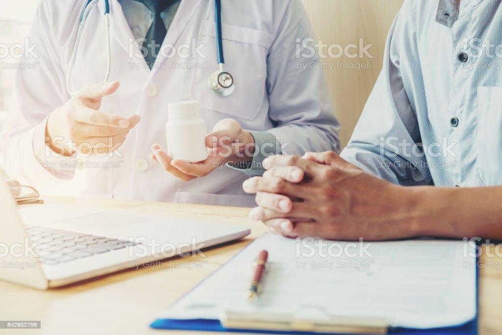 Doctor o médico recomendamos píldoras de prescripción médica a hombre paciente médico o médico recomendamos píldoras de prescripción médica a paciente masculino de - foto de stock