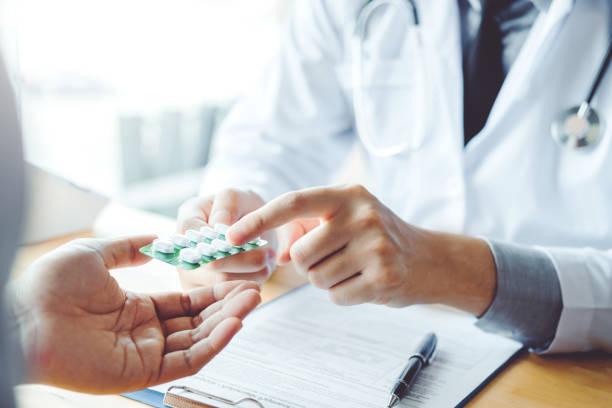 lekarz lub lekarz zaleca tabletki recepty na pacjenta pacjenta i koncepcji medycyny - kapsułka zdjęcia i obrazy z banku zdjęć