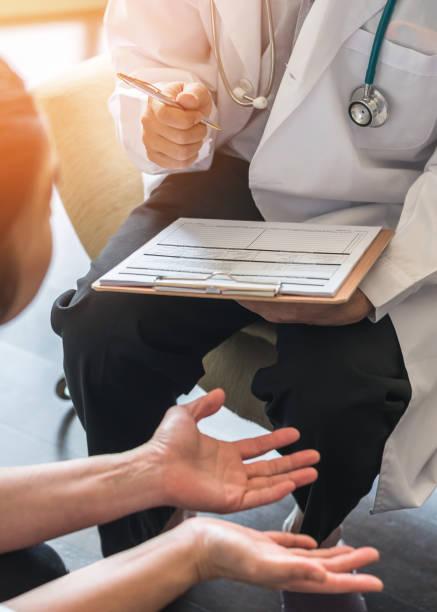 arzt oder psychiater beratung und diagnostischen untersuchung stressigen frau patient geburtshilflich-gynäkologische weibliche krankheit oder psychischen problemen in der medizinischen klinik oder ein krankenhaus - symptome brustkrebs stock-fotos und bilder