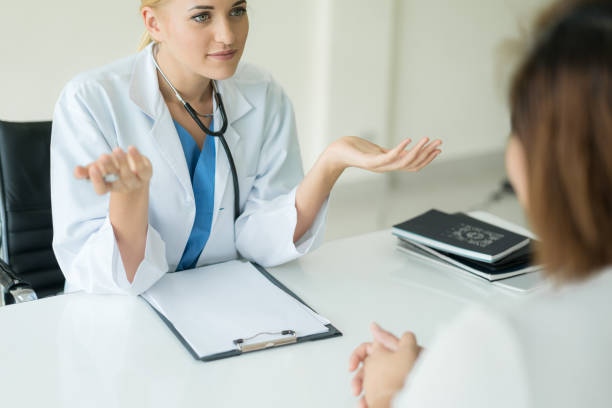 arzt oder psychiater beratung und diagnostischen untersuchung stressigen frau patienten in medizinischen klinik oder ein krankenhaus medizinischen service-center. - symptome brustkrebs stock-fotos und bilder