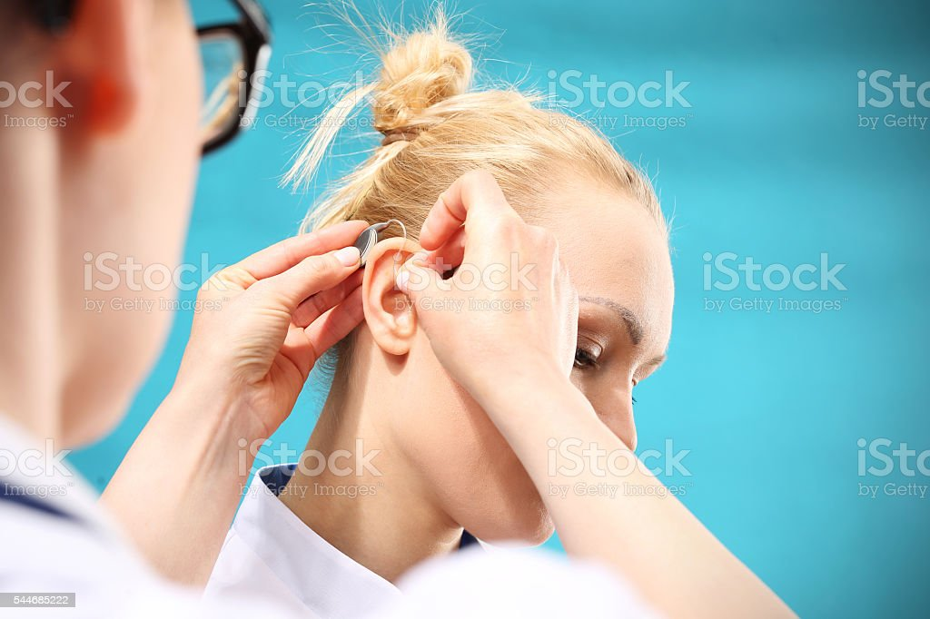 Doctor otolaryngologist with the hearing aid - foto de stock