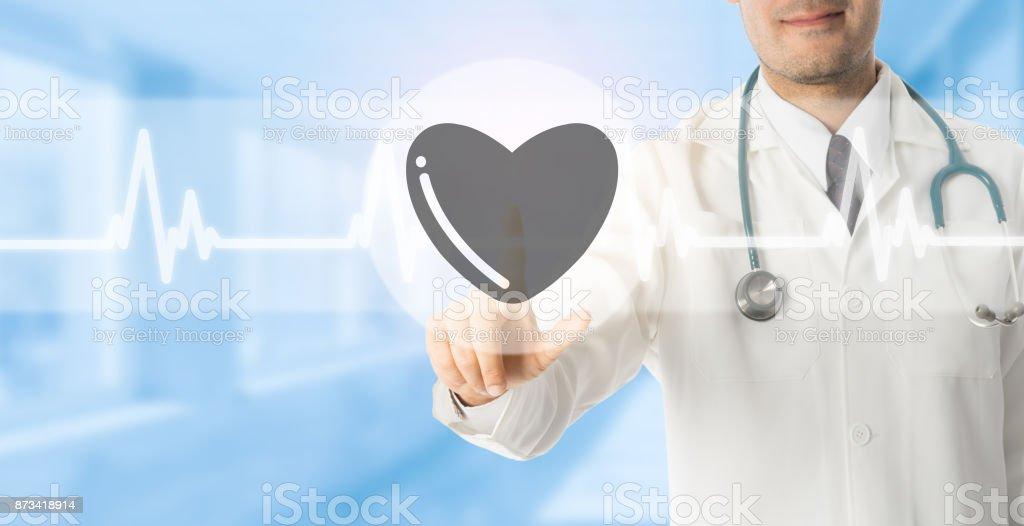 Médico apunta a icono de corazón sobre fondo azul. - foto de stock