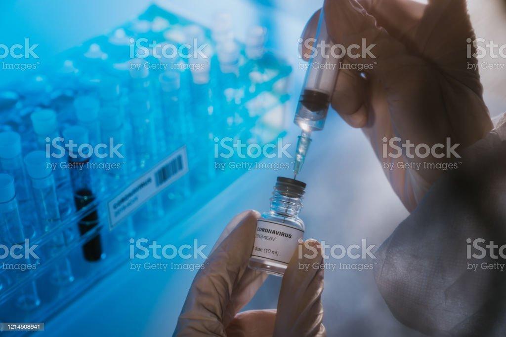 Врач готовит вакцину против коронавируса COVID-19 - Стоковые фото Covid-19 роялти-фри