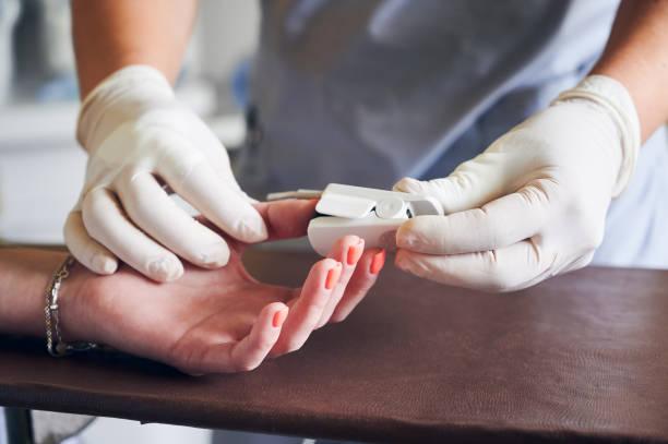 arzt setzt pulsoximeter-sensor auf patientenfinger. - farbsättigung stock-fotos und bilder