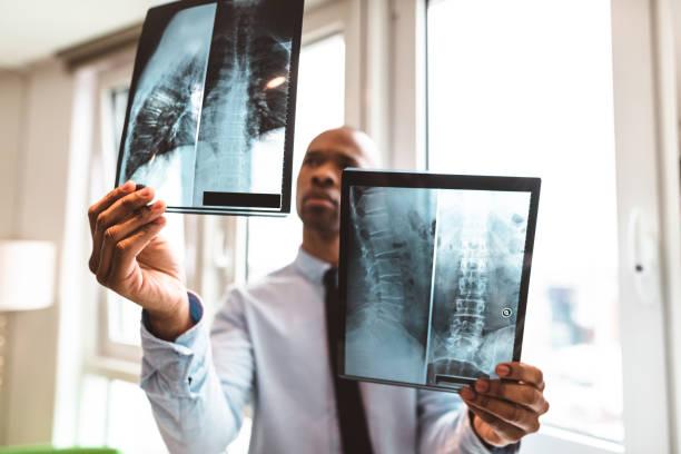 lectura de la radiografía en la oficina del doctor - foto de stock