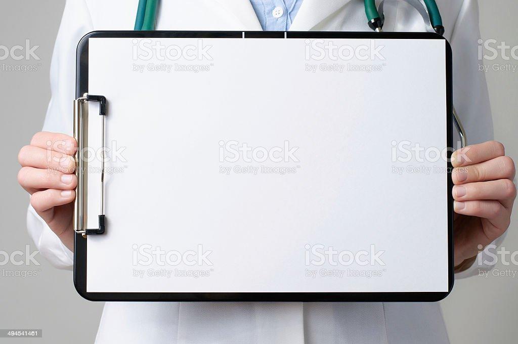 Arzt zeigt leere Zwischenablage – Foto