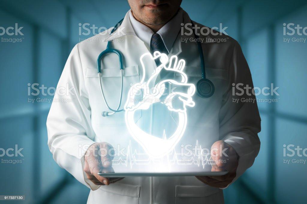 Arzt zeigt Herz Hologramm von Computer. – Foto