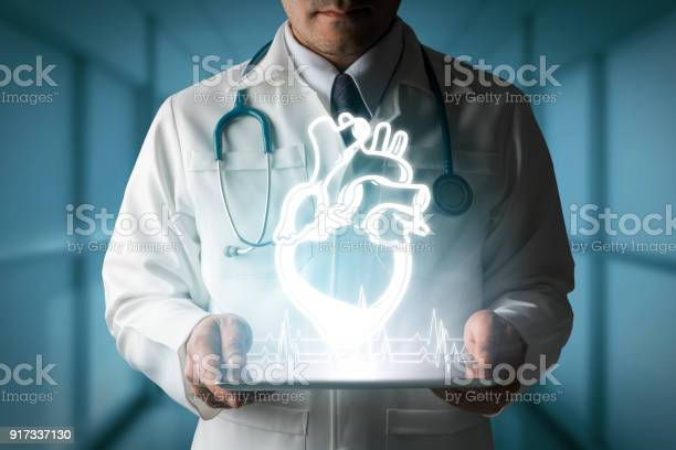 Doctor Showing Heart Hologram From Computer — стоковые фотографии и другие картинки Баннер - знак