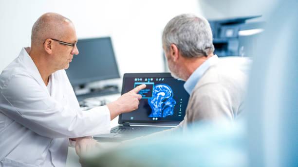 Arzt zeigt Patienten seine Hirnscan – Foto