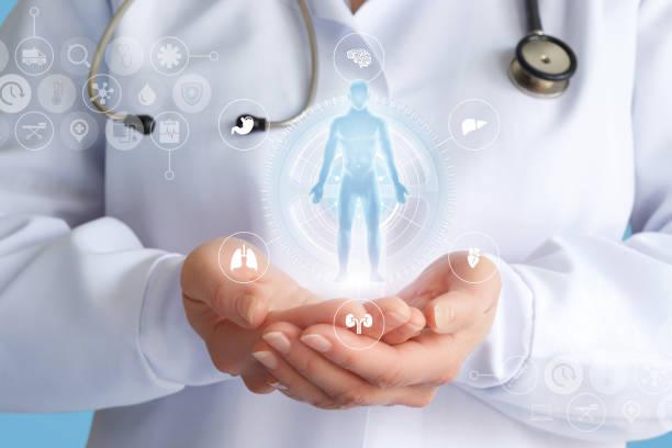 arzt zeigt ein hologramm eines patienten. - herz lungen training stock-fotos und bilder