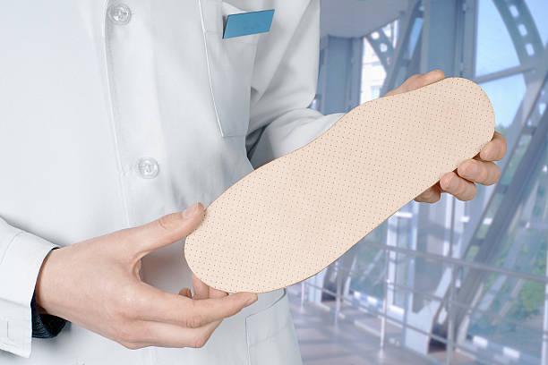 Médico muestra Individual plantilla ortopédica - foto de stock
