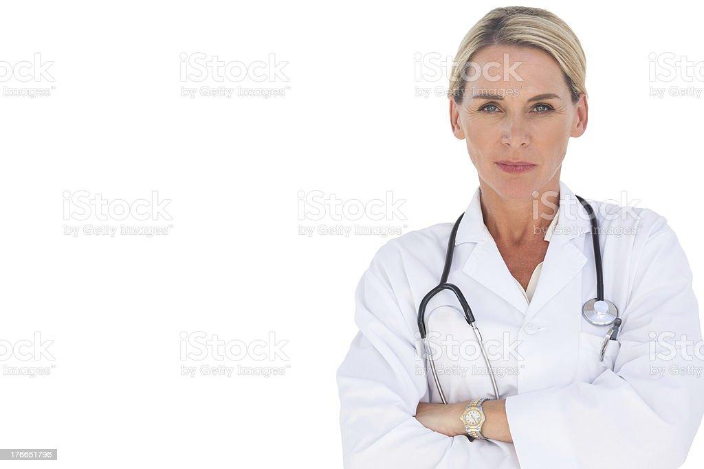 Doctor sonriente con los brazos cruzados foto de stock libre de derechos