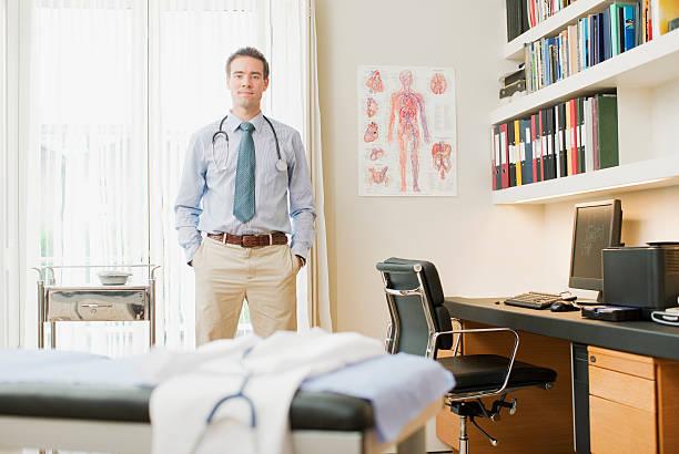 Medici in piedi in ufficio medico - foto stock