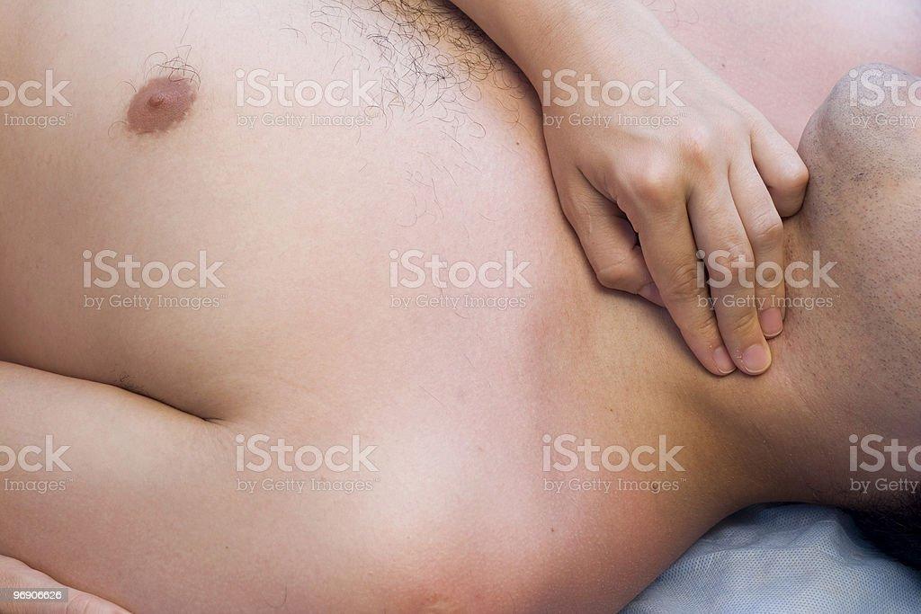 Doctor tomando el pulso de la paciente. - foto de stock