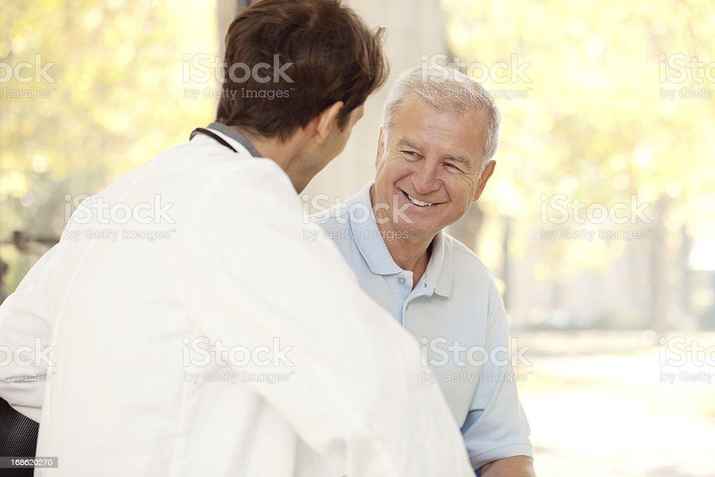 Arzt im Gespräch mit einem Patienten im Krankenhaus - Lizenzfrei 70-79 Jahre Stock-Foto