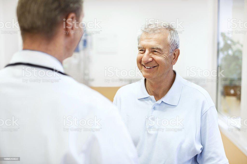 Arzt im Gespräch mit einem Patienten im Krankenhaus – Foto