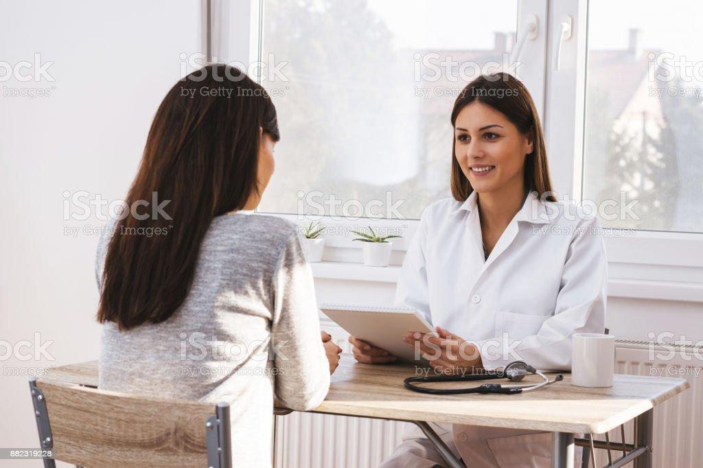 Arzt im Gespräch mit Geschäftsfrau patient Arzt-Büro. – Foto