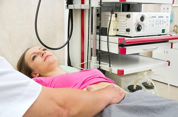 médico testes barriga de mulher jovem - vesicula biliar - fotografias e filmes do acervo