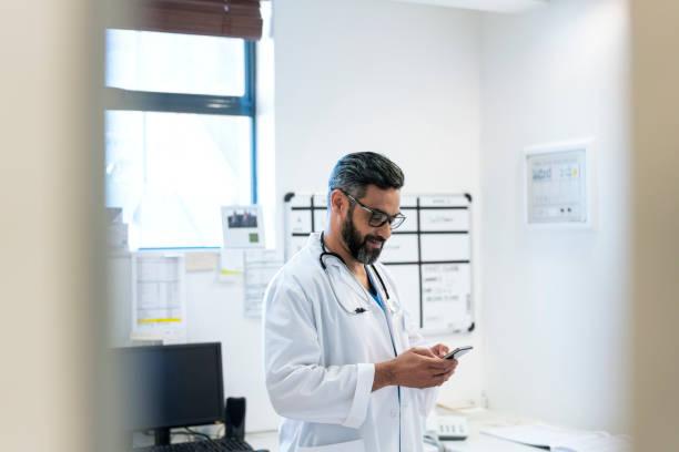 Arzt-Text-Messaging per Handy im Krankenhaus – Foto