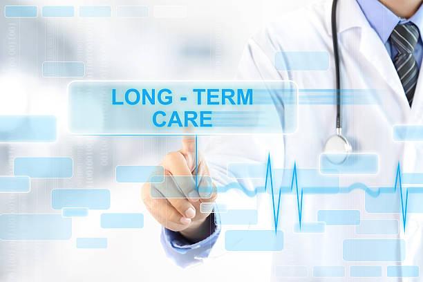 médico tocando longo prazo sinal na tela virtual cuidados - longo - fotografias e filmes do acervo