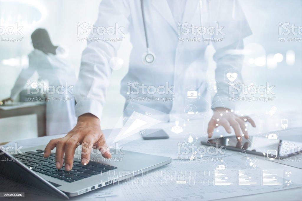 Arzt berühren medizinische Symbol Netzwerkverbindung auf Laptop und Tablet, Medizintechnik-Netzwerk-Konzept – Foto