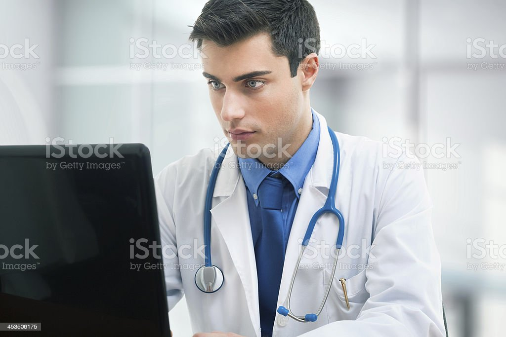 Médico usando una computadora portátil en la habitación - Foto de stock de Asistencia sanitaria y medicina libre de derechos