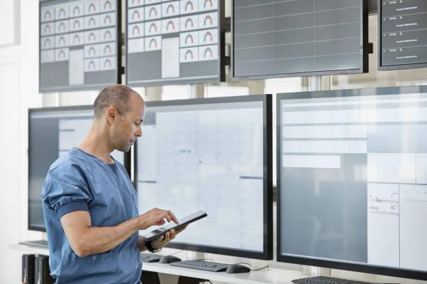 Arzt mit digitalem Tablet im Kontrollraum – Foto