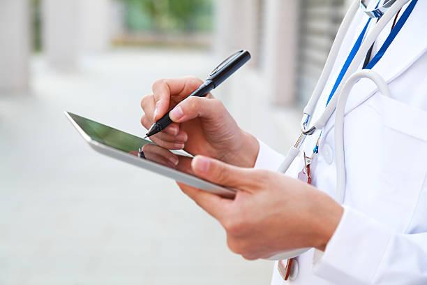 Arzt mit digitalen tablet, weißer Mantel und Stethoskop – Foto