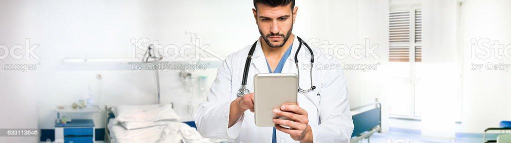 Doctor using his digital tablet. Ultrawide image - foto de acervo