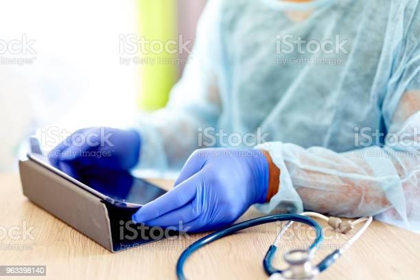 Lekarz Korzystający Z Komputera Typu Tablet - zdjęcia stockowe i więcej obrazów Badanie lekarskie