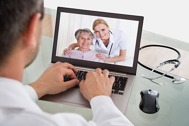 arzt video-chats mit krankenschwester und patient - maus video stock-fotos und bilder