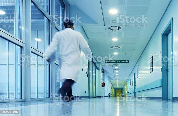 Arzt Geht In Eile An Den Ward Hospital Stockfoto und mehr Bilder von Krankenhaus