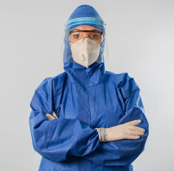 Arzt trägt hochschützenden Anzug während Coronavirus COVID 19 neuartigen Coronavirus Ausbruch – Foto