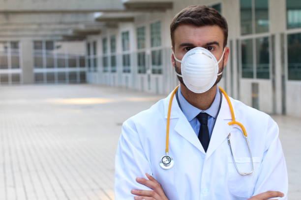Médico usando máscara durante surto viral - foto de acervo
