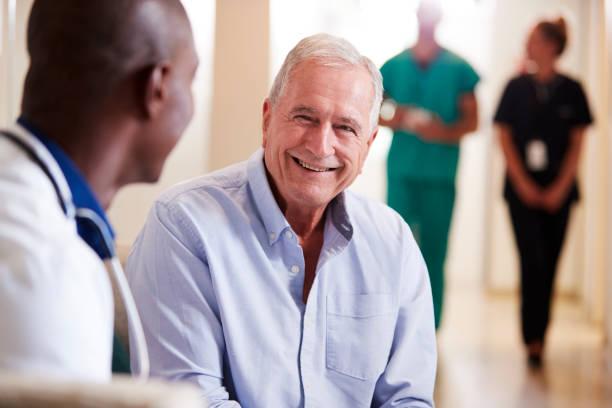 歡迎老年男性住院的醫生 - doctor patient 個照片及圖片檔