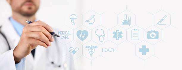 Arzt mit einem Stift zeigen medizinische Symbole auf touchscreen – Foto