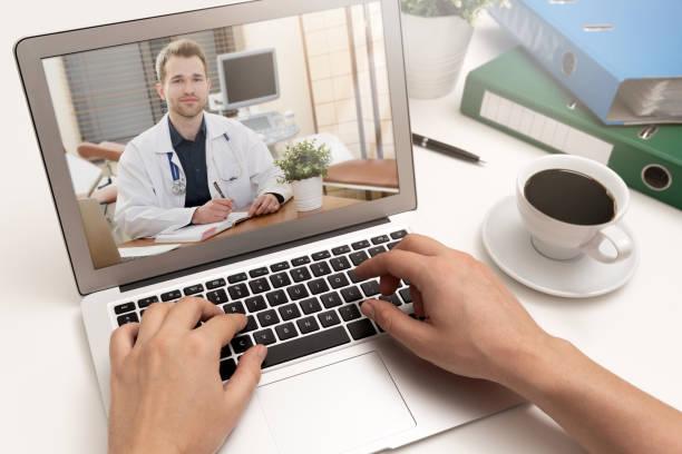 médico con un estetoscopio. concepto de telemedicina - telehealth fotografías e imágenes de stock