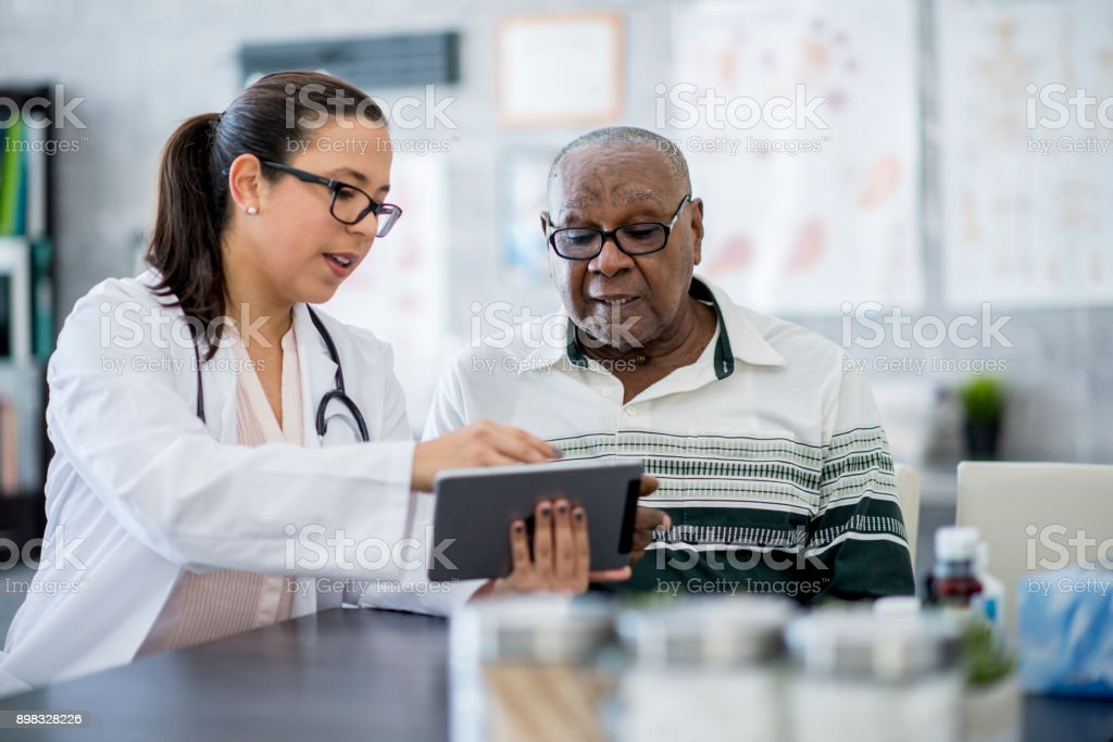 Médico con un equipo Tablet PC - foto de stock