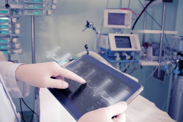 médecin avec des équipements de pointe dans la salle d'hôpital - rythme cardiaque photos et images de collection