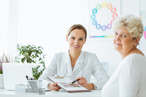 istock Doctor with balanced diet recommendation 957689456