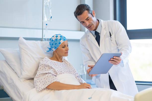 arzt mit krebspatienten - chemotherapie stock-fotos und bilder