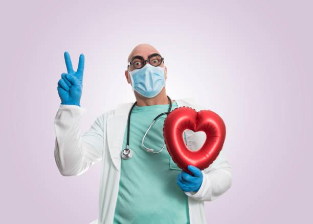 doctor con globo cardíaco - studioimagen73 fotografías e imágenes de stock