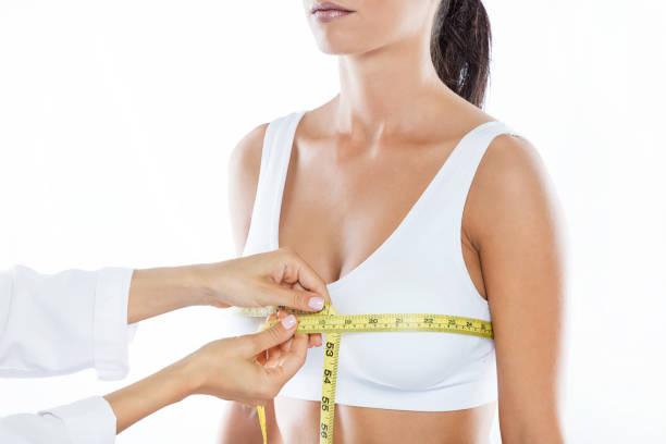 患者さんの胸の大きさを測定測定テープと医師。 ストックフォト