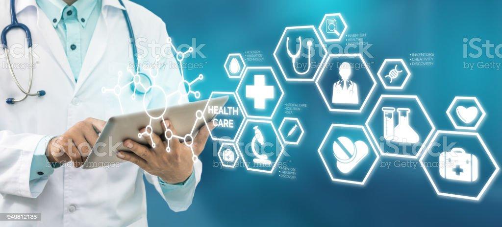 Médico com Interface de ícone de saúde médica - foto de acervo