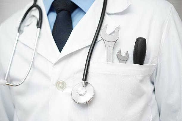 Arzt mit Schraubenschlüssel und Schraube Fahrer, verschiedene technische oder medizinische – Foto