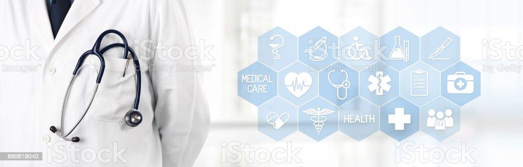 médico com estetoscópio no bolso e medical símbolos ícones no fundo - foto de acervo