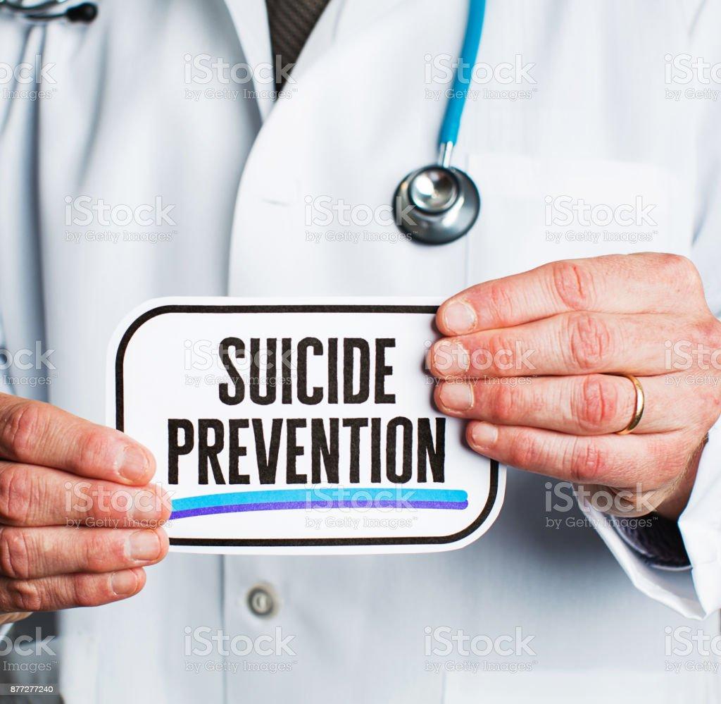 Arzt mit Stethoskop im weißen Kittel halten Schild mit der Aufschrift Suizidprävention – Foto