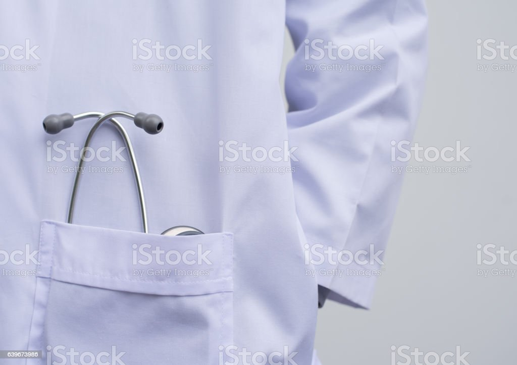 Médico con un estetoscopio  - foto de stock