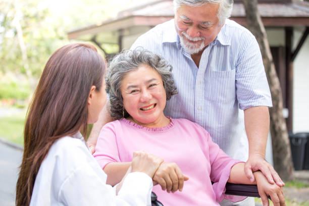 Arzt Frau kümmern sich um ältere Patienten im Park. – Foto